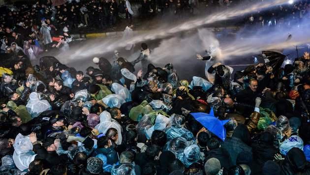 So bringt Erdogan seine Kritiker zum Schweigen (Bild: APA/AFP/OZAN KOSE)
