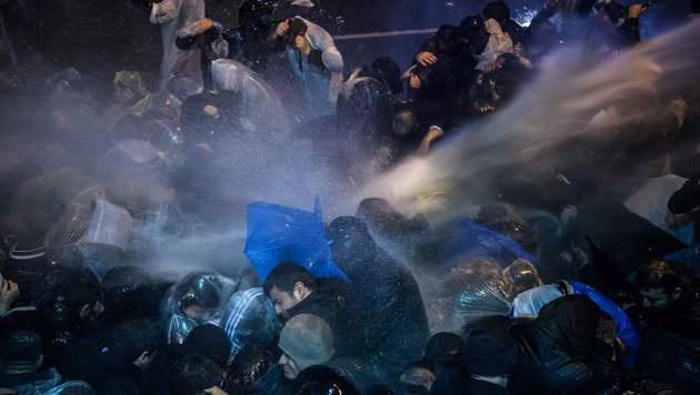 Auch Wasserwerfer wurden von der Polizei eingesetzt. (Bild: APA/AFP/OZAN KOSE)