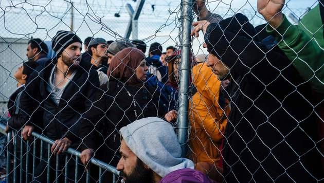 Flüchtlinge an der griechisch-mazedonischen Grenze (Bild: APA/AFP/DIMITAR DILKOFF)