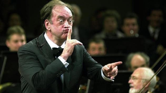 Nikolaus Harnoncourt beim Neujahrskonzert der Wiener Philharmoniker 2001 (Bild: APA/SCHLAGER ROLAND)