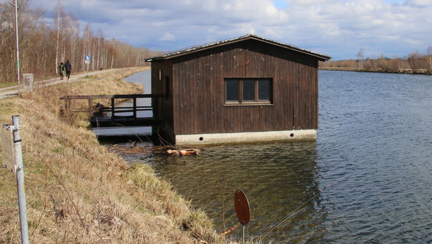 Nahe diesem Bootshaus in der Traun fand der Spaziergänger den explosiven Behälter. (Bild: laumat.at/Matthias Lauber)
