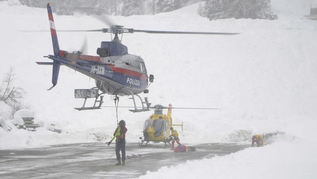 Einsatzkräfte mit Hubschraubern am Birgitzköpfl bei Axams in Tirol (Bild: APA/WWW.ZEITUNGSFOTO.AT)