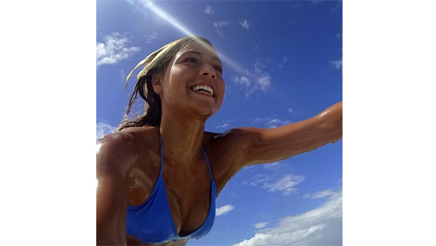Surf-Star Tia Blanco mit diesem Selfie auf dem Surfbrett! (Bild: Facebook.com)