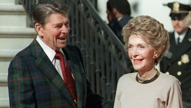 Ronald und Nancy Reagan im Jahr 1985 (Bild: APA/AFP/DON RYPKA)