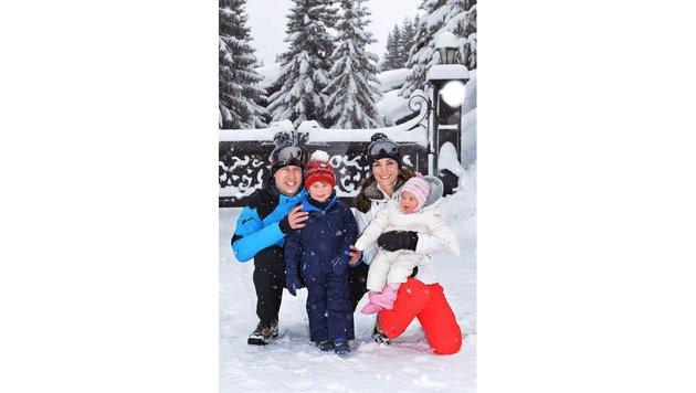 Prinz William mit seiner Bilderbuchfamilie im Schnee (Bild: AP)
