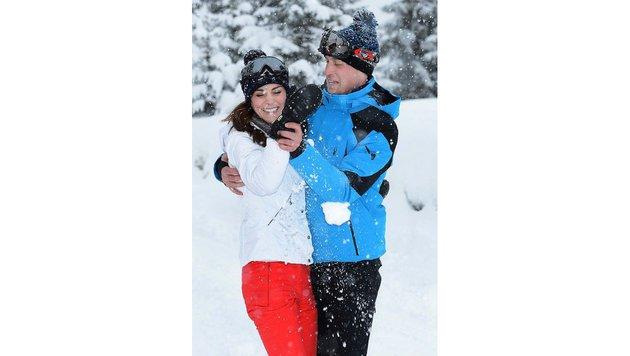 Prinz William und Herzogin Kate balgen vergnügt im Schnee herum. (Bild: AP)