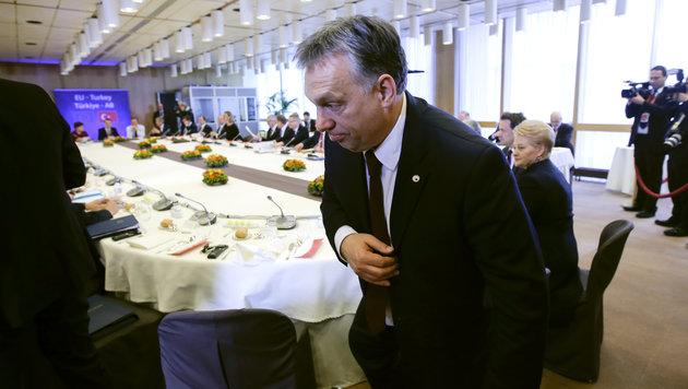 Am Veto von Ungarns Ministerpräsident Viktor Orban ist ein Türkei-Deal vorerst gescheitert. (Bild: AP)