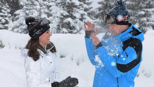 Kate und William machen eine Schneeballschlacht. (Bild: AP)