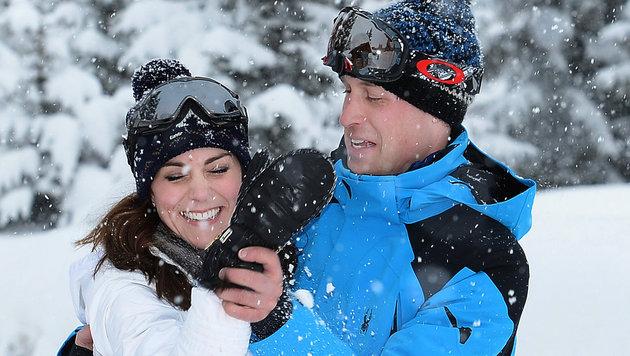 Kate und William tollen im Schnee herum. (Bild: AP)