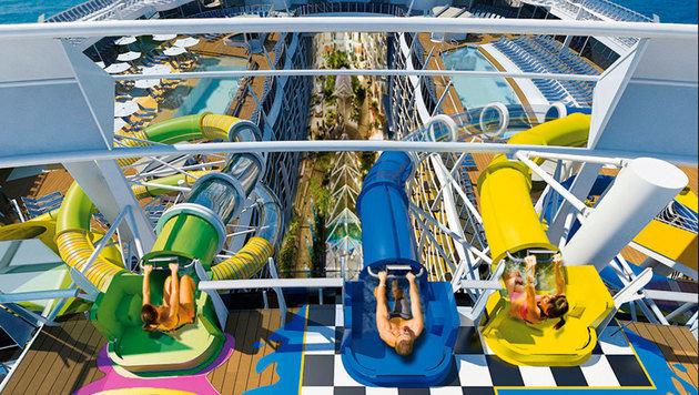Spaß für alle: Die langen Rutschen führen vom Oberdeck in den Pool. (Bild: RCL Cruises Ldt.)
