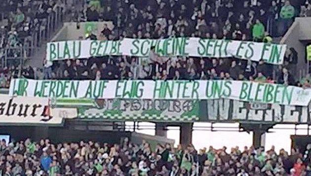 Peinliche Banner blamieren Fans des VfL Wolfsburg! (Bild: twitter.com/Marcel Friederich)