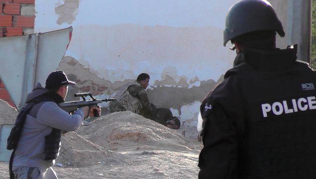 Zehn Sicherheitskräfte kamen bei den Gefechten in der Grenzstadt Ben Gardane ums Leben. (Bild: AFP)