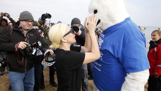 Lady Gaga kuschelt mit einem Eisbären. (Bild: AP)