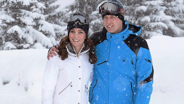 Mitten im Schneegestöber legt Prinz William liebevoll seinen Arm um Ehefrau Kate. (Bild: AP)