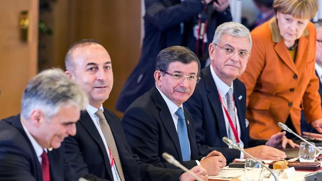 Die Verhandler auf dem EU-Gipfel: Werner Faymann (li.), Ahmet Davutoglu (Mitte), Angela Merkel (re.) (Bild: APA/AFP/POOL/VIRGINIA MAYO)