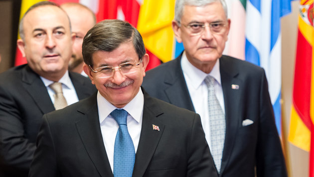 Der türkische Premier Ahmet Davutoglu hat gut lachen, als er die Beratungen mit der EU verlässt. (Bild: AP)