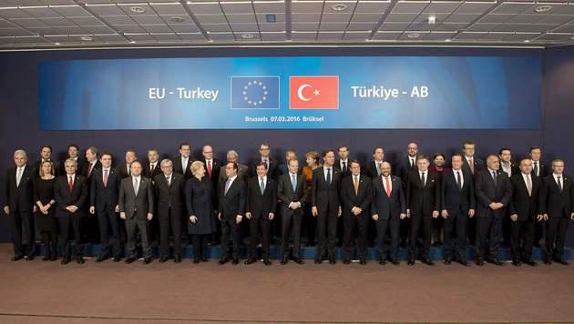 Die Regierungschefs der EU-Staaten mit dem türkischen Premier Ahmet Davutoglu (9. von links) (Bild: APA/AFP/ALAIN JOCARD)