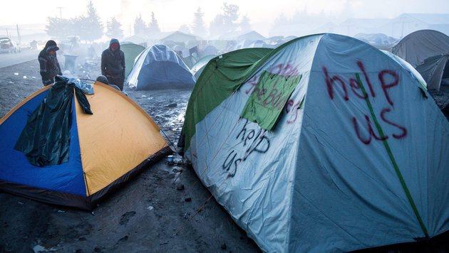 Gestrandete Flüchtlinge im Schlamm des griechischen Lagers Idomeni (Bild: EPA)