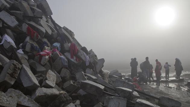 Flüchtlingslager Idomeni versinkt im Schlamm (Bild: AP)