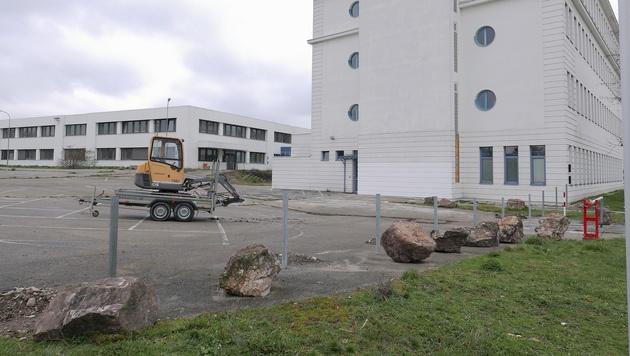 Ein rund ein Meter hoher Stahlzaun wird rund um die Grünflächen beim Asylquartier aufgestellt. (Bild: Gerhard Bartel)