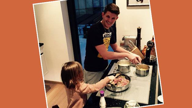 Ein tolles Team: Ex-Olympiasieger Thomas Morgenstern mit seiner dreijährigen Tochter. (Bild: facebook.com)