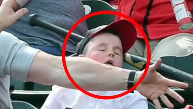 Helden-Papa rettet Sohn vor Baseball-Schläger (Bild: twitter.com)