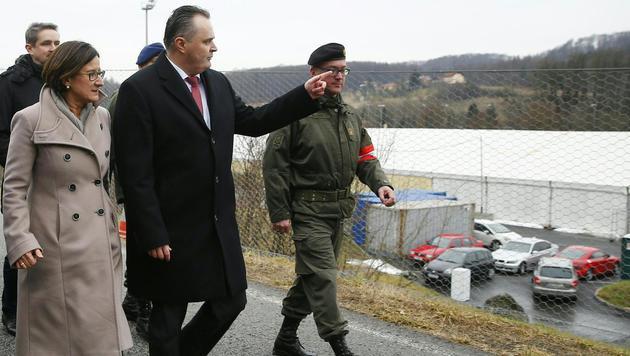 Innenministerin Johanna Mikl-Leitner und Verteidigungsminister Hans Peter Doskozil in Spielfeld (Bild: APA/ERWIN SCHERIAU)