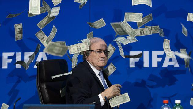 Blatter & FIFA-Duo bereicherten sich um 79 Mio.! (Bild: APA/AFP/FABRICE COFFRINI)