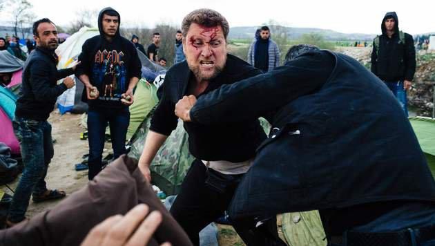 Migranten prügeln in Idomeni aufeinander ein. (Bild: APA/AFP/DIMITAR DILKOFF)