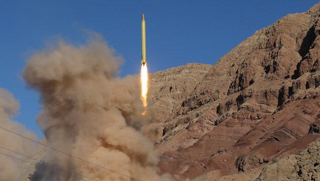 """Eine """"Qadr""""-Rakete, abgefeuert im Elburs-Gebirge im Norden des Landes (Bild: APA/AFP/Tasnim News/Mahmmod Housseini)"""