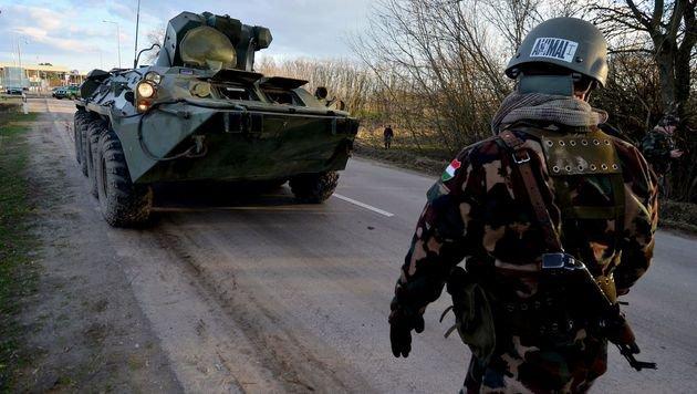 Ein ungarischer Soldat auf Grenzpatrouille nahe Serbien (Bild: APA/AFP/CSABA SEGESVARI)