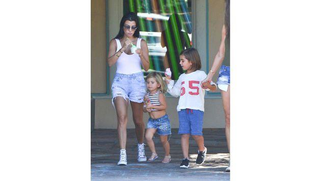 Kourtney Kardashian teilt ihre Liebe für Eis mit ihren Kindern. (Bild: Viennareport)