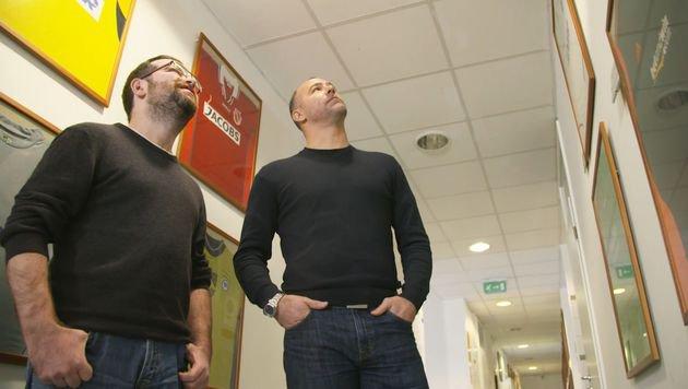 Gabor Kiraly präsentiert sportkrone.at-Redakteur Hannes Maierhofer seine Dressen-Sammlung. (Bild: krone.tv)