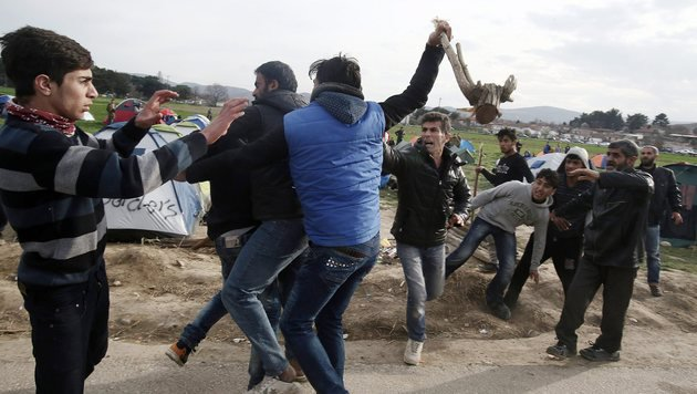 Idomeni: Frust und Gewalt in Flüchtlingscamp (Bild: EPA)
