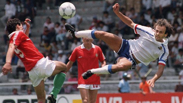 Bisher letztes WM-/EM-Spiel von Ungarn 1986: 0:3 gegen Frankreich (waagrecht Michel Platini) (Bild: GEORGES GOBET / AFP / picturedesk.com)