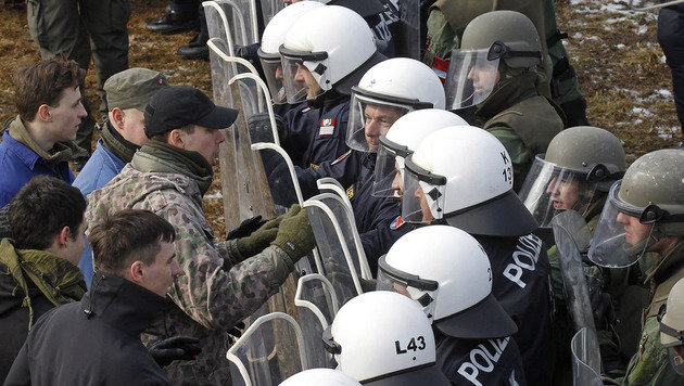Migranten: Heer übt schon für Durchbruch an Grenze (Bild: APA/GERT EGGENBERGER)