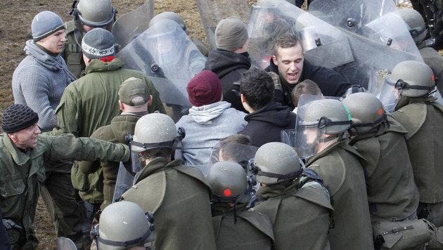 Proben für den Ernstfall: 200 Mann versuchten, einen simulierten Migranten-Durchbruch zu verhindern. (Bild: APA/GERT EGGENBERGER)