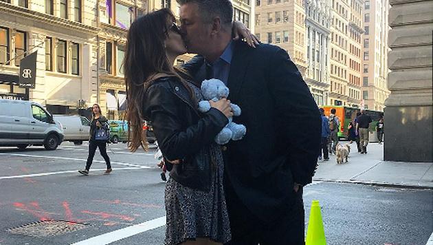 Mit einem innigen Kuss verkündeten Hilaria und Alec Baldwin, dass sie wieder Eltern werden. (Bild: instagram.com/hilariabaldwin)
