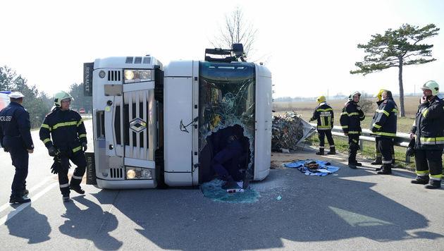 Lkw umgekippt: Lenker und Beifahrerin verletzt (Bild: Einsatzdoku.at)