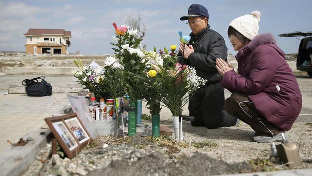 Schweigeminute für die 18.500 Toten von Fukushima (Bild: AP)