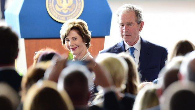 Das Ex-Pr�sidentenpaar George W. und Laura Bush erwies Nancy Reagan ebenfalls die letzte Ehre. (Bild: APA/AFP/FREDERIC J. BROWN)