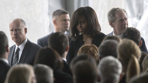 Michelle Obama war ebenfalls unter den Trauergästen. (Bild: APA/AFP/GETTY IMAGES/DAVID MCNEW)