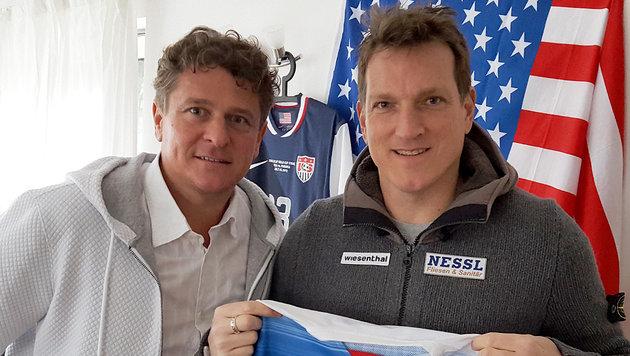 "Andreas Herzog im Bild mit ""Krone""-Reporter Peter Moizi (li.) (Bild: krone.tv)"