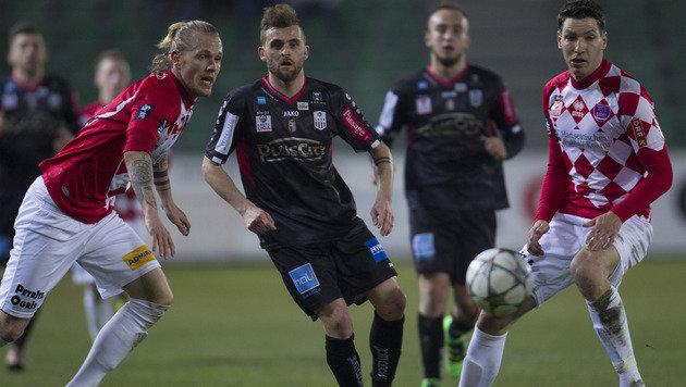 Verzagte Blicke auf den Ball bei LASK gegen Austria Klagenfurt (Bild: GEPA)