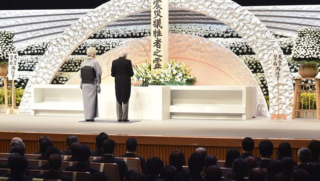 Das japanische Kaiserpaar gedenkt der Toten von Fukushima. (Bild: AP)