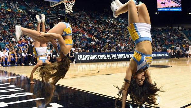Fesch und gelenkig: Die Cheerleader-Ladys der UCLA Bruins stehen buchstäblich Kopf. (Bild: 2016 Getty Images)