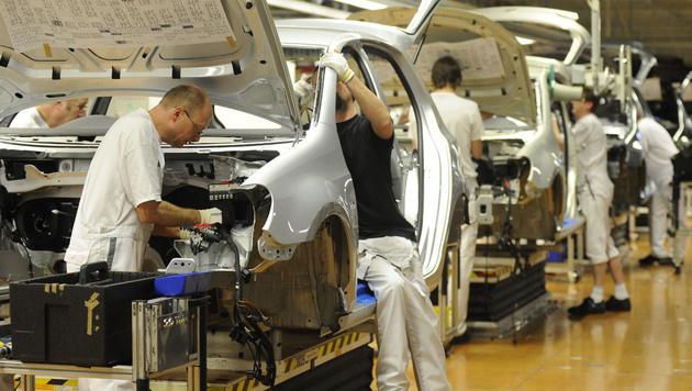 VW will seinen Arbeitern die T-Shirts wegnehmen (Bild: AP)