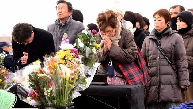 Schweigeminute für die 18.500 Toten von Fukushima (Bild: APA/AFP/TORU YAMANAKA)