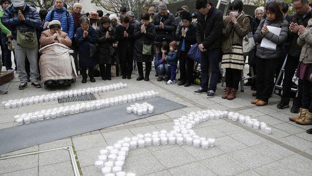 Schweigeminute für die 18.500 Toten von Fukushima (Bild: APA/AFP/JIJI PRESS)