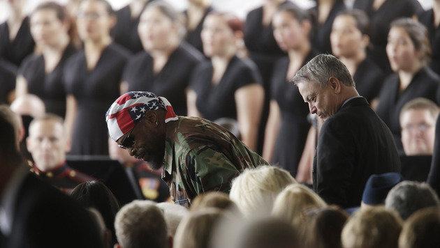 Die Schauspieler Mr. T und Gary Sinise (Bild: APA/AFP/POOL/IRFAN KHAN)